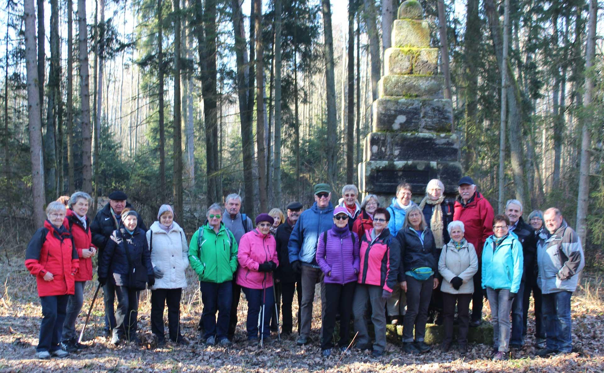 TSV Wanderer vor dem Bannwalddenkmal im Dormitzer Forster